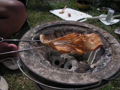 鮭の腹皮を七輪で炭火焼き