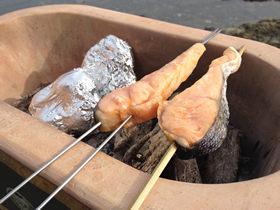 大型黒七輪でジャガイモホイル焼きと塩鮭の串焼き