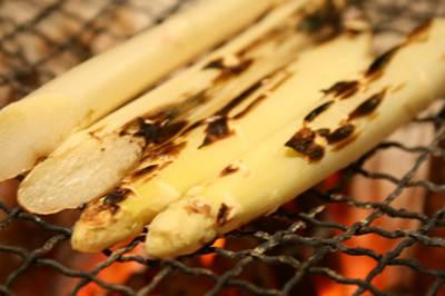 七輪で焼くホワイトアスパラガス