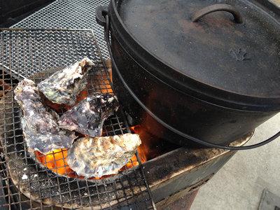 七輪とダッチオーブンと牡蠣