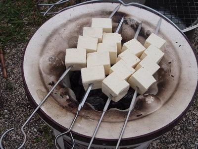 七輪弱火で木綿豆腐串焼きを焼き始める。