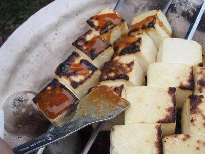 木綿豆腐串焼きに田楽味噌を塗る。