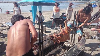 BBQ仔豚を焼き台からはずす