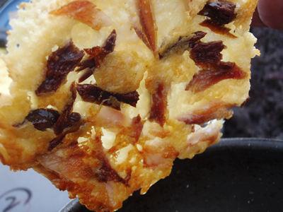 両面焼きあがったくさやチーズパイ