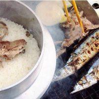 長方形七輪で米を炊き、サンマを焼く