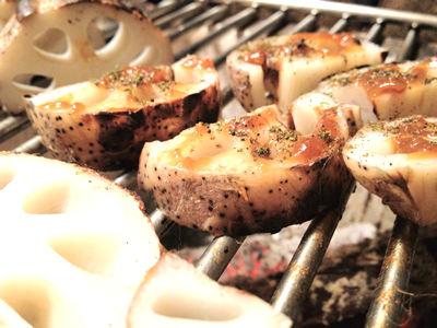 七輪BBQで丸ごと焼く炭火焼レンコン、からし味噌のせ