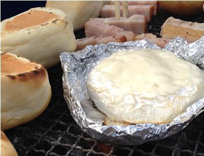 七輪炭火でカマンベールを加熱する朝食BBQ
