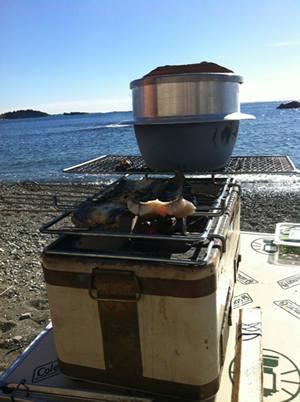 鰻丼用のご飯を炊飯釜と七輪で炊く