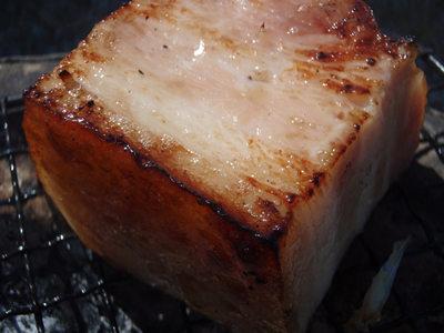 七輪BBQのメイン食材、ベーコン角切り こんがり焼けた表面