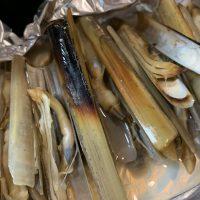 マテ貝の蒸し焼きからあふれ出た貝汁
