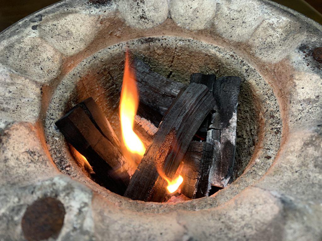 珪藻土の七輪に頂いた自家製木炭を入れて着火
